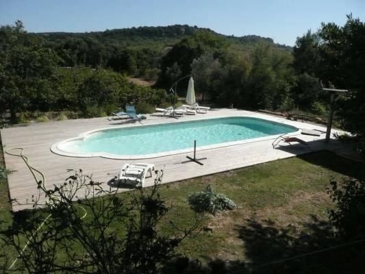 MERLOT - La piscine avec vue sur la campagne environnante - Crédit : Gîtes de France